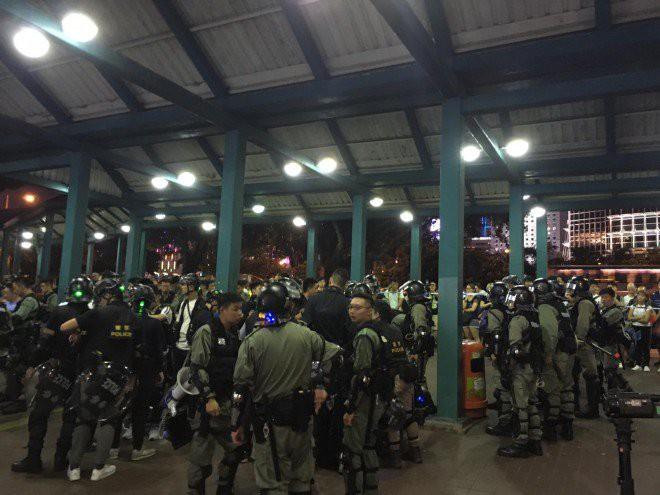 Hong Kong tê liệt: Cảnh sát 3 lần cảnh cáo nóng, người biểu tình vẫn tiếp tục phá hoại nhiều tài sản, đốt quốc kỳ - Ảnh 2.