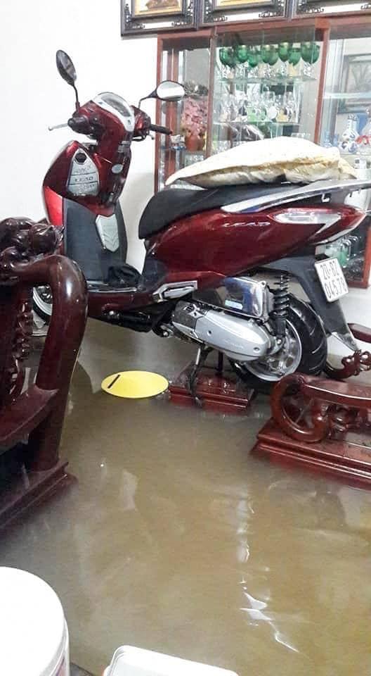Thái Nguyên thất thủ: Nhiều ô tô ngụp lặn trong biển nước, xe máy gác hết lên ghế cho ráo - Ảnh 12.