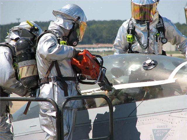 Giải cứu phi công kẹt trong buồng lái tiêm kích tàng hình F-22: Phải dùng biện pháp mạnh - ảnh 4