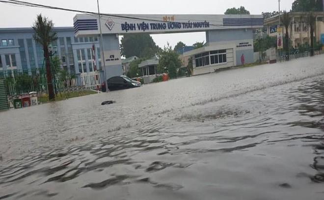 Mưa lớn, TP Thái Nguyên hóa thành sông - Ảnh 1.