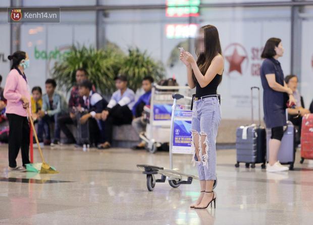 """Thủ môn U22 Việt Nam vừa về đến Nội Bài sau trận thắng Trung Quốc đã """"đánh lẻ"""", đi riêng với cô gái lạ ngay trước mắt đồng đội - Ảnh 1."""