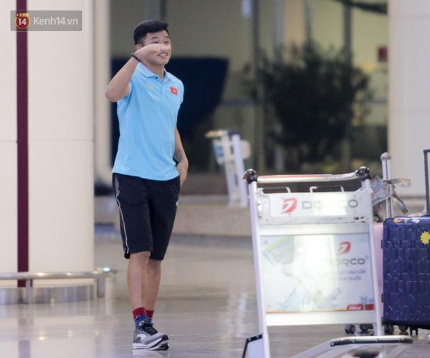 """Thủ môn U22 Việt Nam vừa về đến Nội Bài sau trận thắng Trung Quốc đã """"đánh lẻ"""", đi riêng với cô gái lạ ngay trước mắt đồng đội - Ảnh 2."""