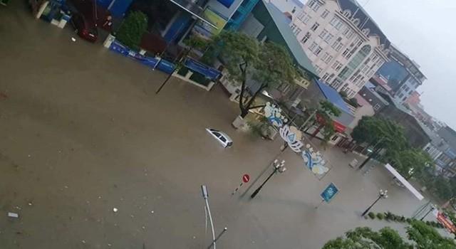 Hàng loạt ô tô, xe máy chìm nghỉm trong trận ngập khủng khiếp ở TP Thái Nguyên - Ảnh 6.