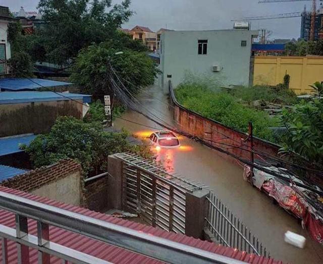 Hàng loạt ô tô, xe máy chìm nghỉm trong trận ngập khủng khiếp ở TP Thái Nguyên - Ảnh 12.