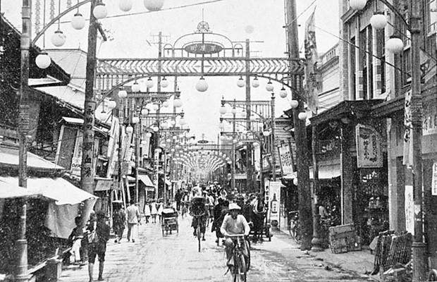 Hình ảnh trước chiến tranh ở một thị trấn của tỉnh Hiroshima cho thấy cảnh tượng bình yên, buôn bán nhộn nhịp. Trước khi bị ném bom, Hiroshima là một thành phố quan trọng có ý nghĩa cả về mặt quân sự và công nghiệp của Nhật Bản.