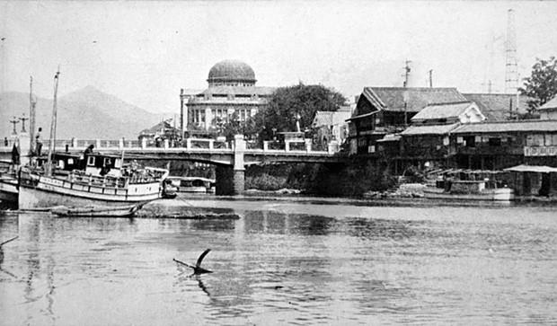 Hình ảnh chỉ còn trong ký ức của tòa nhà mái vòm ở Hiroshima trước khi bị ném bom. Địa điểm này là nơi chịu ảnh hưởng trực tiếp từ vụ nổ bom nguyên tử. Ngày nay, một số tàn tích của khu vực này vẫn còn tồn tại và được gọi là Nhà Mái vòm Bom Nguyên tử hay Đài Tưởng niệm Hòa bình Hiroshima.