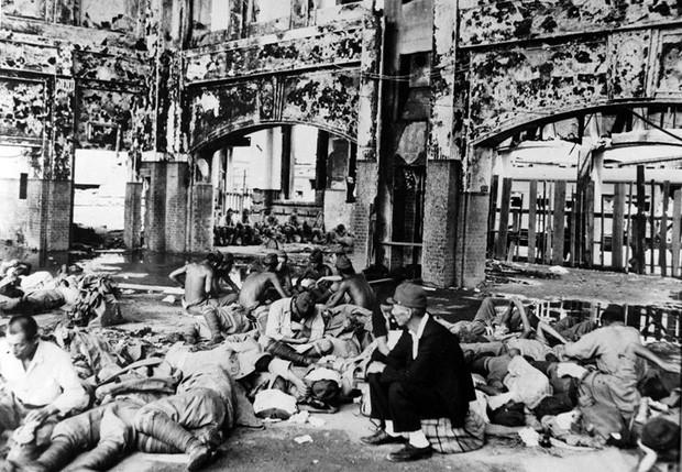 Quân đội Nhật Bản nghỉ ngơi ở nhà ga Hiroshima sau khi bom nguyên tử phát nổ.