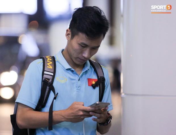 """Thủ môn U22 Việt Nam vừa về đến Nội Bài sau trận thắng Trung Quốc đã """"đánh lẻ"""", đi riêng với cô gái lạ ngay trước mắt đồng đội - Ảnh 12."""