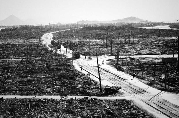 Những khu phố nhộn nhịp giờ chỉ còn là bãi đổ nát ở Hiroshima.