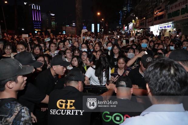 """Hàng nghìn fan """"bóp nghẹt"""" sự kiện hội tụ Ji Chang Wook và dàn sao hot tại TP.HCM, BTC thông báo huỷ phút chót vì an toàn - Ảnh 12."""