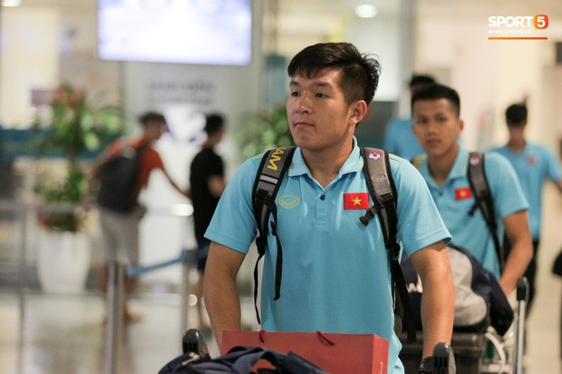 """Thủ môn U22 Việt Nam vừa về đến Nội Bài sau trận thắng Trung Quốc đã """"đánh lẻ"""", đi riêng với cô gái lạ ngay trước mắt đồng đội - Ảnh 13."""