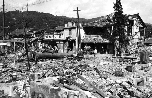 Hiroshima tan hoang sau khi Mỹ thả bom nguyên tử xuống thành phố này.