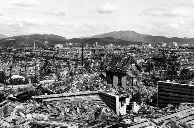 Cảnh tượng đổ nát ở Hiroshina nhiều tháng sau vụ ném bom.