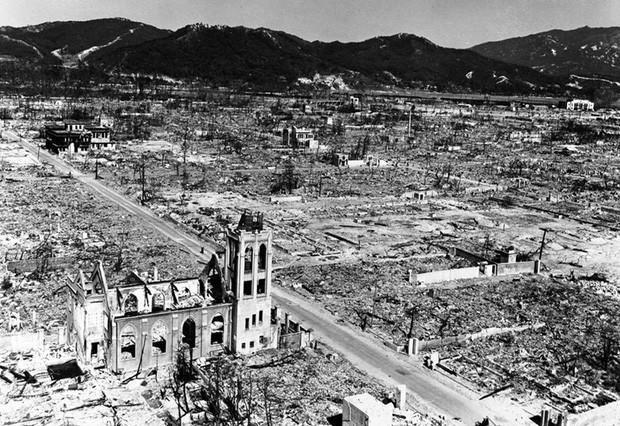 Nhà thờ Nagarekawa giữa cảnh hoang tàn ở Hiroshima.
