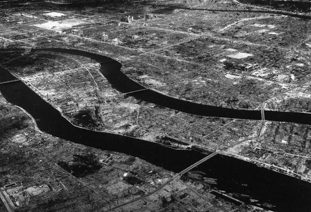 Cảnh tượng ở Hiroshima nhìn từ trên cao một thời gian sau khi quả bom nguyên tử được thả xuống thành phố này.