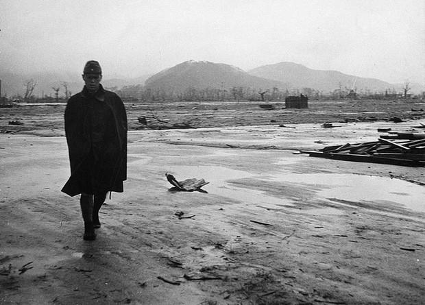 Một người lính Nhật Bản đi qua một khu vực bị phá hủy hoàn toàn ở Hiroshima vào tháng 9/1945.