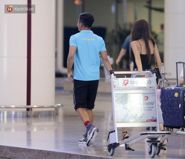 """Thủ môn U22 Việt Nam vừa về đến Nội Bài sau trận thắng Trung Quốc đã """"đánh lẻ"""", đi riêng với cô gái lạ ngay trước mắt đồng đội - Ảnh 3."""