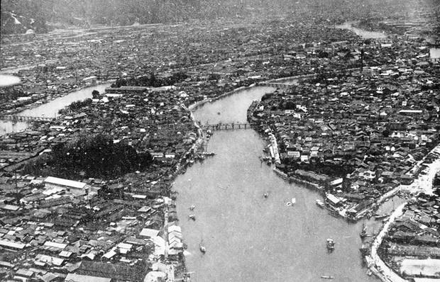 Toàn cảnh khu vực Hiroshima nhìn từ trên cao đông đúc và nhộn nhịp dọc theo sông Motoyasugawa trước khi bị ném bom. Sau thảm họa bom nguyên tử kinh hoàng, khu vực này đã bị phá hủy hoàn toàn và không còn gì ngoài những đống đổ nát.