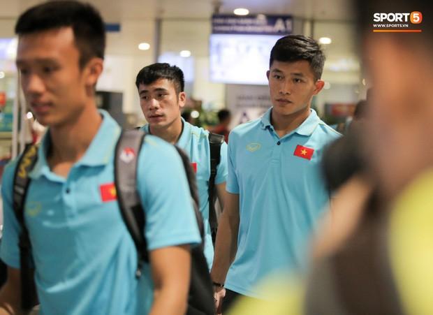 """Thủ môn U22 Việt Nam vừa về đến Nội Bài sau trận thắng Trung Quốc đã """"đánh lẻ"""", đi riêng với cô gái lạ ngay trước mắt đồng đội - Ảnh 5."""