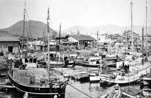 Cảng Ujina trước chiến tranh. Bến tàu tương đối nhỏ này đã phát triển thành một cảng biển ở Hiroshima và trở thành một trong những điểm lên tàu quan trọng của quân đội Nhật Bản trong Thế chiến II.
