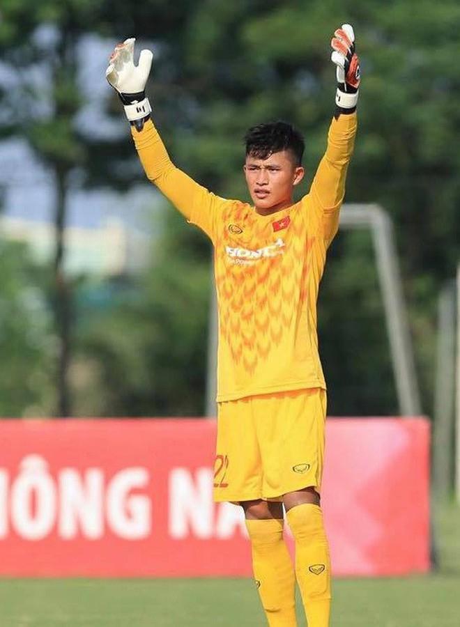 """Thủ môn U22 Việt Nam vừa về đến Nội Bài sau trận thắng Trung Quốc đã """"đánh lẻ"""", đi riêng với cô gái lạ ngay trước mắt đồng đội - Ảnh 7."""