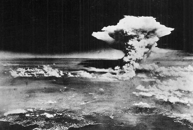 Ngày 6/8/1945, một đán mây hình nấm khổng lồ xuất hiện trên bầu trời chỉ 1 giờ sau khi một quả bom nguyên tử được máy bay ném bom Mỹ B-29 thả xuống thành phố Hiroshima của Nhật Bản. Gần 80.000 người được cho là đã thiệt mạng ngay lập tức cùng với 60.000 người sống sót sau đó cũng chết vì bị thương và phơi nhiễm phóng xạ.