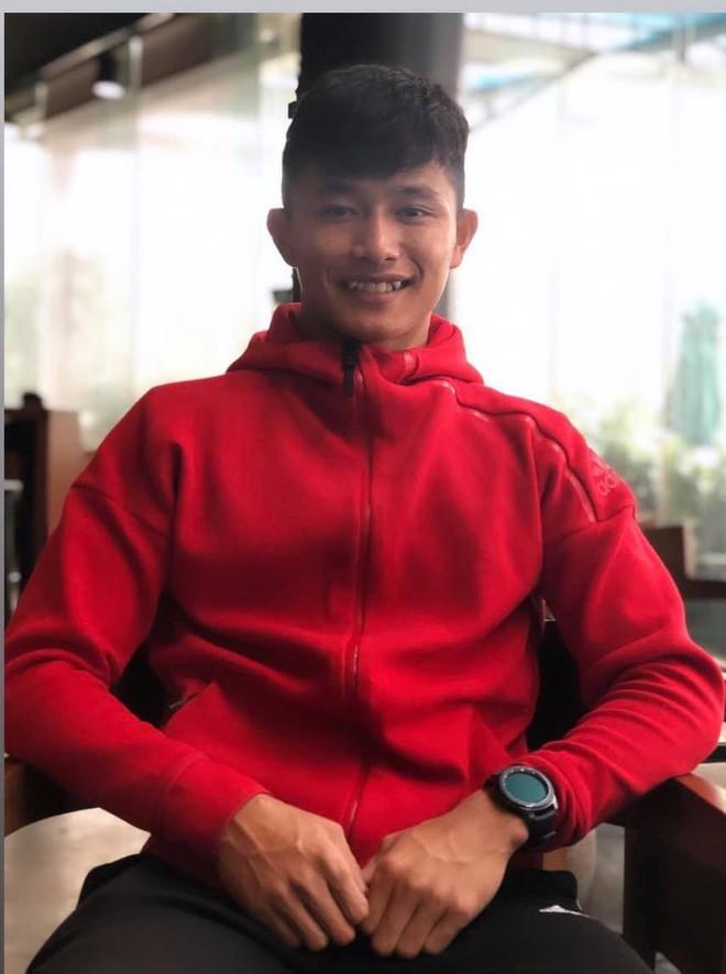 """Thủ môn U22 Việt Nam vừa về đến Nội Bài sau trận thắng Trung Quốc đã """"đánh lẻ"""", đi riêng với cô gái lạ ngay trước mắt đồng đội - Ảnh 9."""