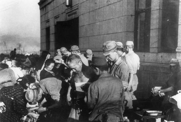 Không lâu sau khi quả bom nguyên tử được thả xuống thành phố Hiroshima, những người sống sót đã được các bác sĩ điều trị khẩn cấp.