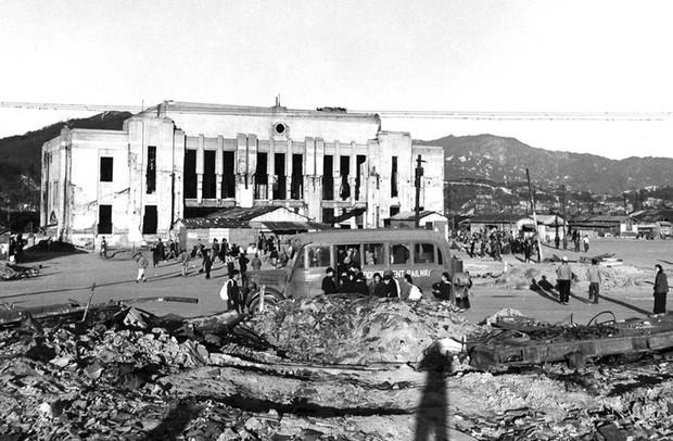 Người dân tập trung trước ga Hiroshima bị phá hủy một vài tháng sau khi vụ ném bom xảy ra.