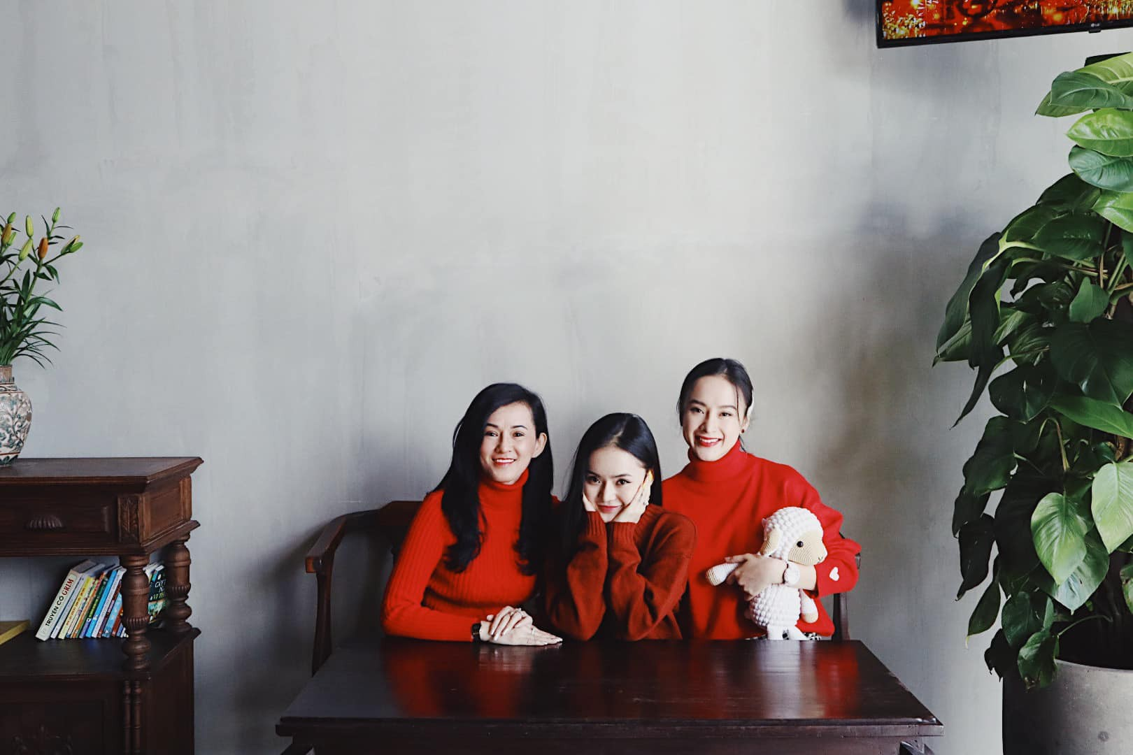 VZN News: Em ruột Angela Phương Trinh ngày càng sang chảnh, gợi cảm ở tuổi 23 - Ảnh 1.