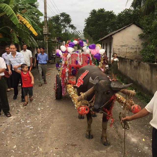 Trong ngày cưới, xe rước dâu của chú rể khiến cả xóm làng xôn xao, thích thú - Ảnh 2.