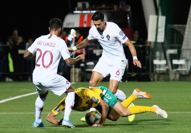 Ronaldo thiết lập hàng loạt cột mốc kỷ lục mới khi ghi 4 bàn giúp Bồ Đào Nha thắng đậm ở vòng loại Euro 2020 - Ảnh 1.