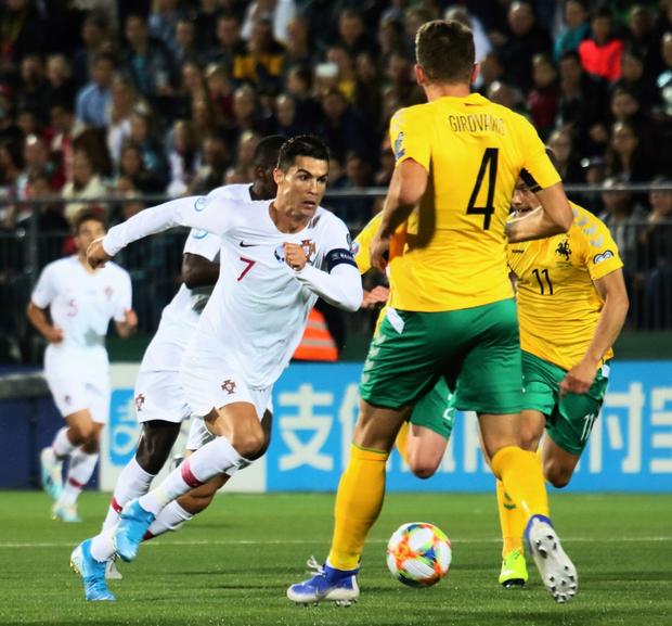Ronaldo thiết lập hàng loạt cột mốc kỷ lục mới khi ghi 4 bàn giúp Bồ Đào Nha thắng đậm ở vòng loại Euro 2020 - Ảnh 2.