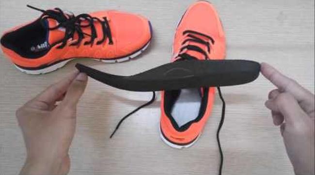 Đi mưa về, làm ngay việc này để giữ giày luôn mới và không bị hôi - Ảnh 1.