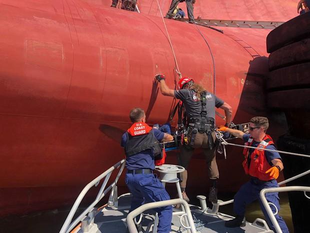 Nín thở xem giải cứu 4 thủy thủ mắc kẹt suốt 35 giờ trong tàu hàng bị lật - Ảnh 1.