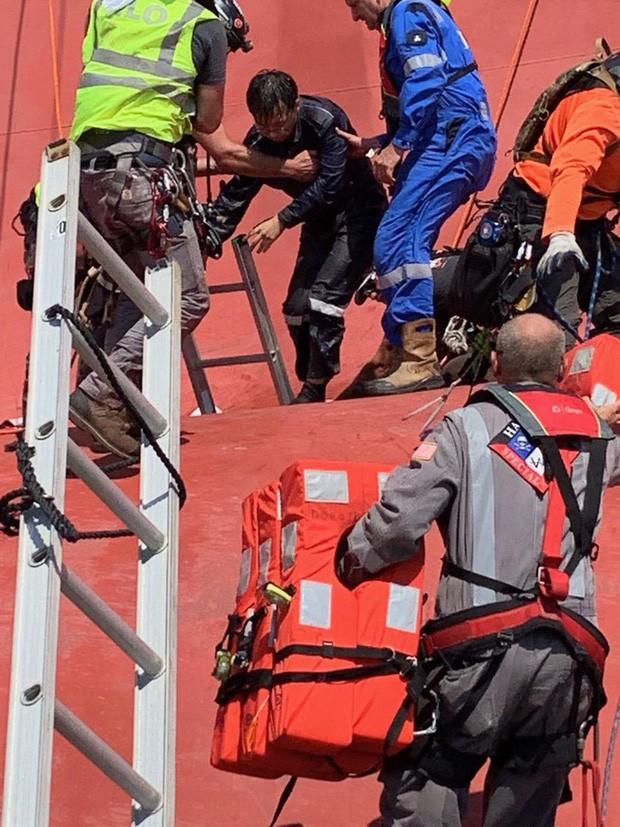 Nín thở xem giải cứu 4 thủy thủ mắc kẹt suốt 35 giờ trong tàu hàng bị lật - Ảnh 2.