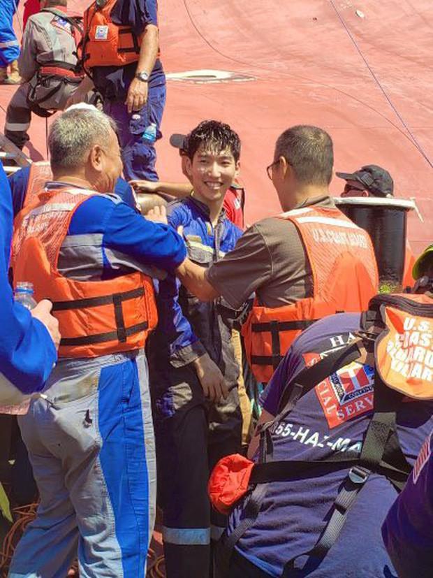 Nín thở xem giải cứu 4 thủy thủ mắc kẹt suốt 35 giờ trong tàu hàng bị lật - Ảnh 3.