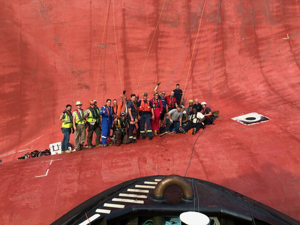 Nín thở xem giải cứu 4 thủy thủ mắc kẹt suốt 35 giờ trong tàu hàng bị lật - Ảnh 4.