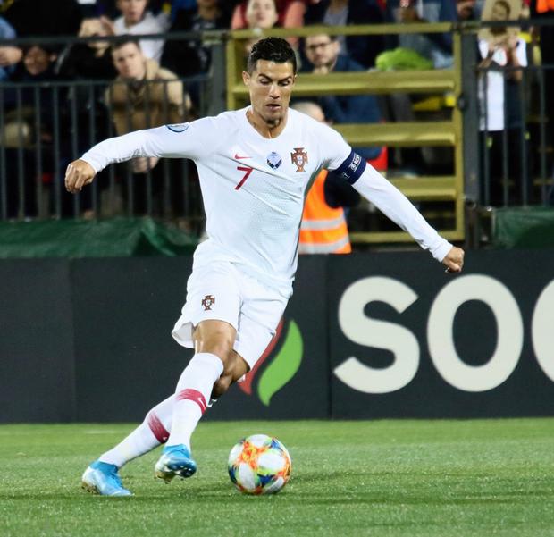 Ronaldo thiết lập hàng loạt cột mốc kỷ lục mới khi ghi 4 bàn giúp Bồ Đào Nha thắng đậm ở vòng loại Euro 2020 - Ảnh 5.
