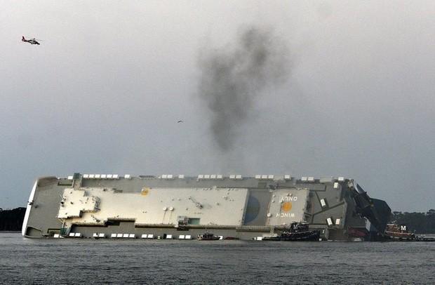 Nín thở xem giải cứu 4 thủy thủ mắc kẹt suốt 35 giờ trong tàu hàng bị lật - Ảnh 5.