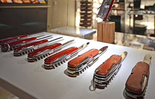 Bên trong nhà máy sản xuất dao đa năng ở Thụy Sĩ, nơi tạo ra 45.000 con dao xếp bỏ túi mỗi ngày - Ảnh 1.