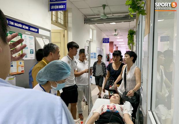 Chồng nữ CĐV trúng pháo: Tôi quá sốc và không dám nhìn vào vết thương của vợ, nó quá kinh khủng - Ảnh 2.