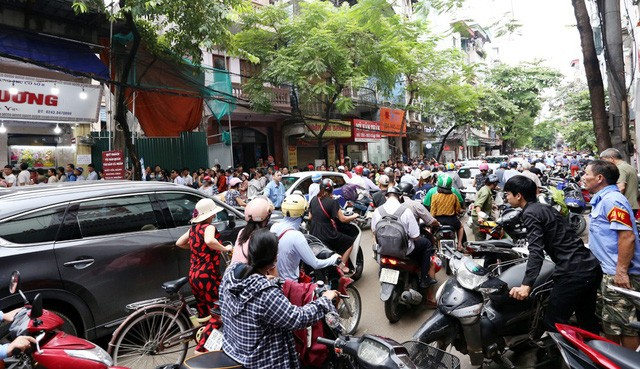 Hà Nội: Chen nhau xếp hàng mua bánh Trung thu khiến phố Thụy Khuê ùn tắc nghiêm trọng - Ảnh 1.