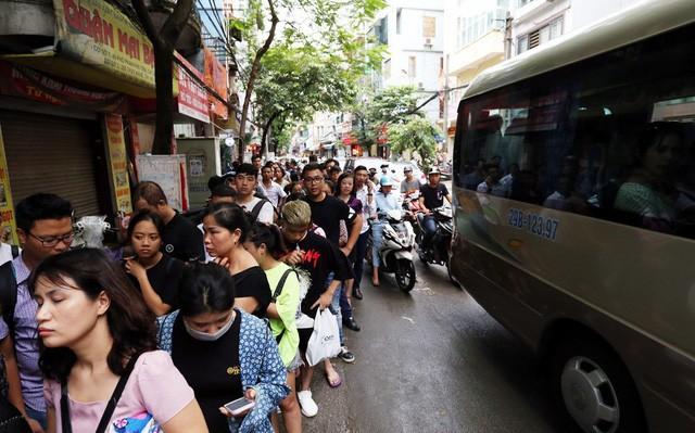 Hà Nội: Chen nhau xếp hàng mua bánh Trung thu khiến phố Thụy Khuê ùn tắc nghiêm trọng - Ảnh 2.