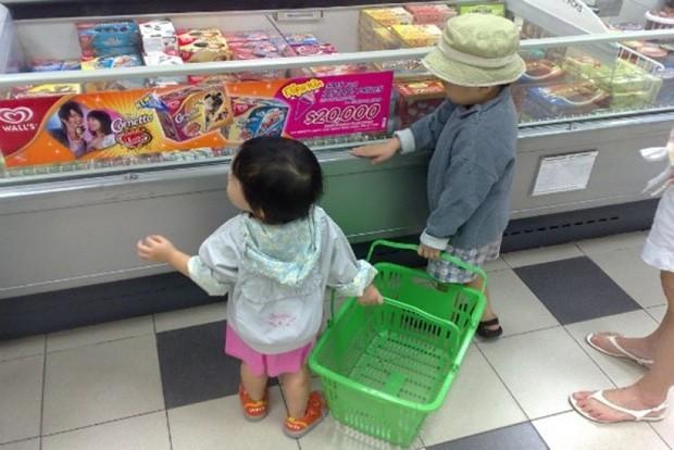 Dắt con nhỏ đi chợ, đứa bé nghịch nát miếng đậu phụ và phản ứng đáng nể của người mẹ - Ảnh 1.
