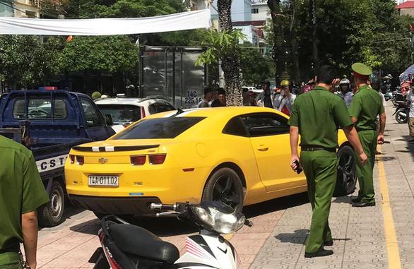 Vụ CSGT dùng súng AK đập vào kính xe Chevrolet Camaro vi phạm: Xác định người điều khiển - Ảnh 2.
