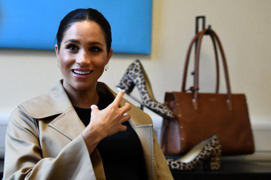 Chuẩn bị chính thức ra mắt bộ sưu tập thời trang mới, kết thúc nghỉ thai sản, Meghan Markle đã bị nói bắt chước chị dâu Kate ở điểm này - Ảnh 1.