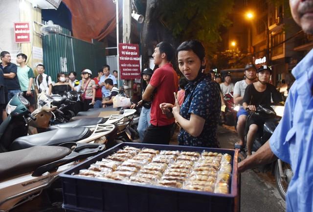 Hà Nội: Chen nhau xếp hàng mua bánh Trung thu khiến phố Thụy Khuê ùn tắc nghiêm trọng - Ảnh 11.