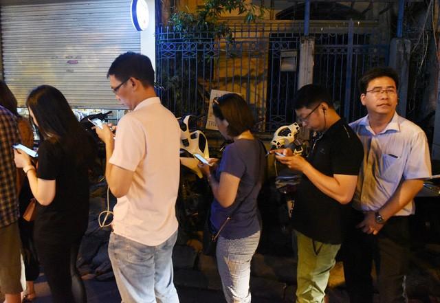 Hà Nội: Chen nhau xếp hàng mua bánh Trung thu khiến phố Thụy Khuê ùn tắc nghiêm trọng - Ảnh 12.