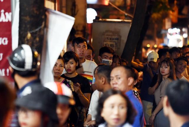 Hà Nội: Chen nhau xếp hàng mua bánh Trung thu khiến phố Thụy Khuê ùn tắc nghiêm trọng - Ảnh 13.